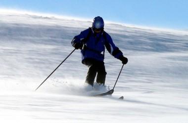 Bezpiecznie na nartach. Wybieramy kask narciarski