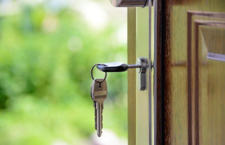 Drzwi zewnętrzne – czy opłaca się je remontować?