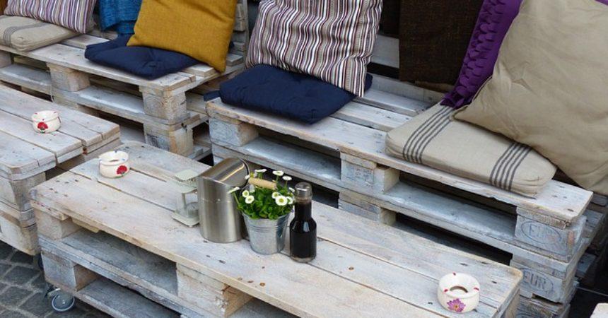 Fotele z palet, recykling który urządza mieszkanie