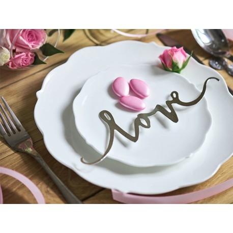 złoty, dekoracyjny napis LOVE na talerzu weselnym