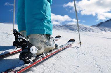 Jak wybrać odpowiednie buty narciarskie na stok?