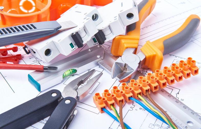 Jakie elementy przydadzą się przy budowie domowej instalacji elektrycznej?