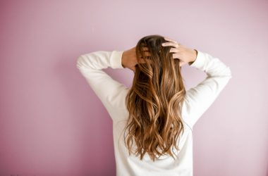 Jak pielęgnować suche i zniszczone włosy?
