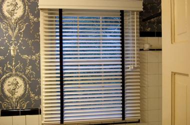 Aranżacja okna w łazience – jakie rolety zamontować?