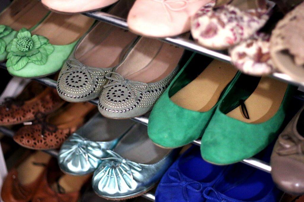 szafka na buty w garderobie pozwoli na ułożenie dużej ilości butów