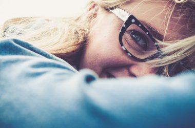 Jak odmłodzić się okularami – jaki model wybrać i wyglądać młodziej