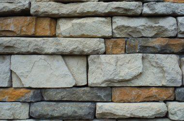 Kamień na ścianę – dlaczego warto i jaki wybrać?