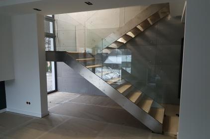 Szklane schody w domu – co warto wiedzieć?