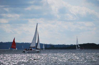 """Wygodnie i """"na sportowo"""". Jaki czarterowy jacht wybrać na mazurski szlak?"""