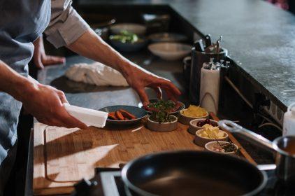 Bezpieczeństwo i higiena pracy w gastronomii – na co zwrócić uwagę?